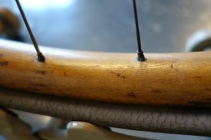 Holzfelge mit porösem Gummireifen