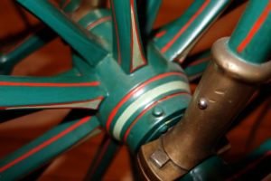 Antike Fahrradnabe aus Holz