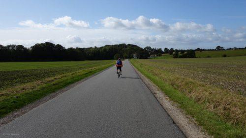 Radtour auf schmalen Straßen in Dänemark