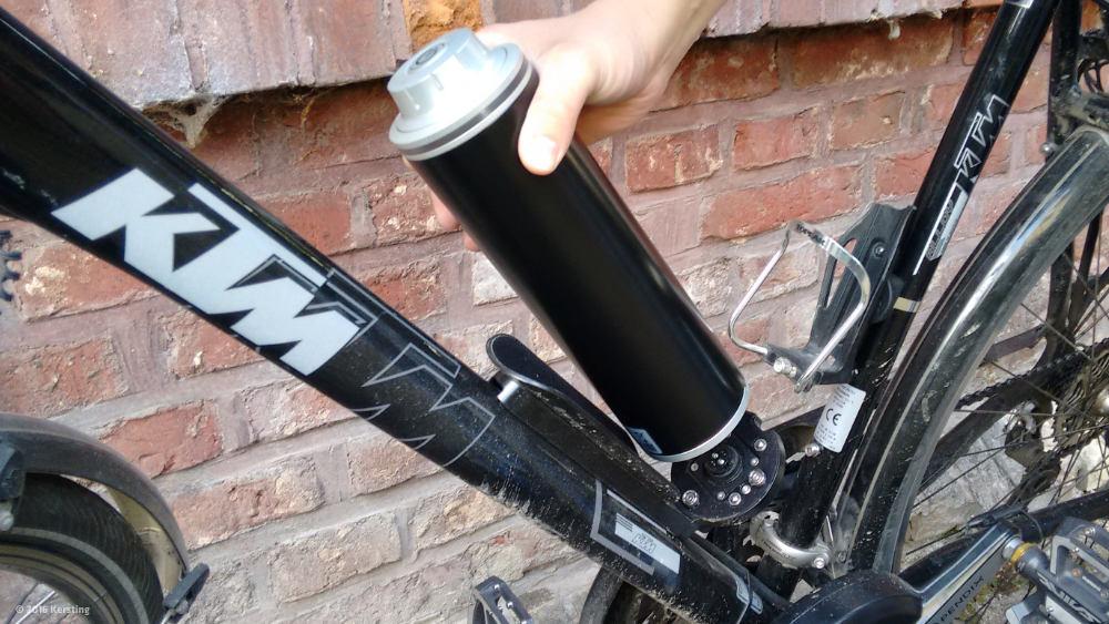 Der Pendix Akku wird am E-Bike einfach eingeklickt und verdreht.