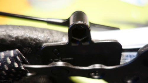 Verklebung des Spiegels am Helm, ohne die Helmschale zu ändern oder das Material chemisch anzugreifen