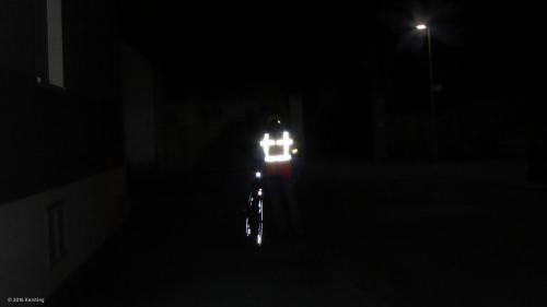 Wirkung von Reflektoren und Sicherheitsweste am Fahrrad nachts