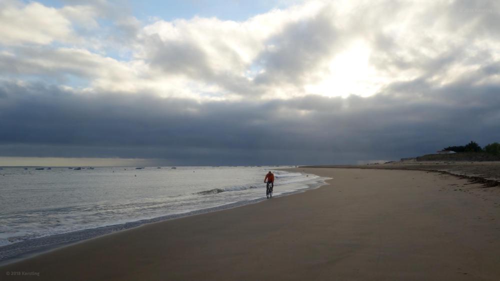 Mit dem Fahrrad am menschenleeren Strand des Atlantiks in der Vendée