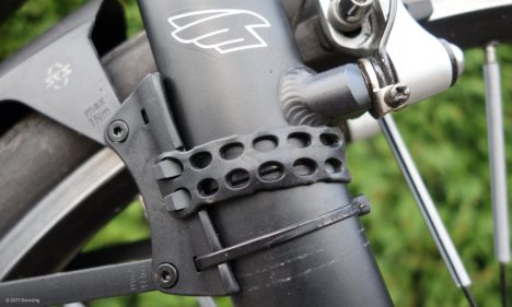 Theft protection of a mudguard through a simple cable clamp