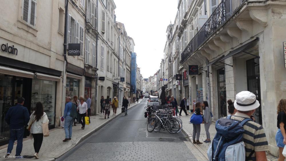 Innenstadt von La Rochelle mit Parkflächen für Fahrräder