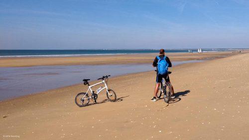 Unsere Fahrräder am Strand des französischen Atlantiks bei Ebbe