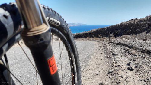 Mit dem Fahrrad in der Mittagssonne Fuerteventuras