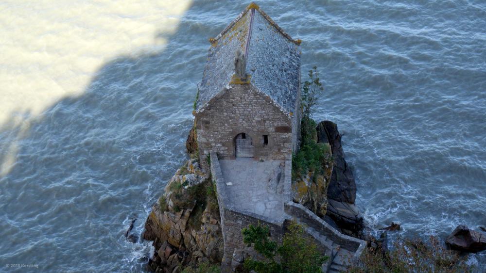 Steinhaus im Wasser am Fuße des Mont-Saint-Michel