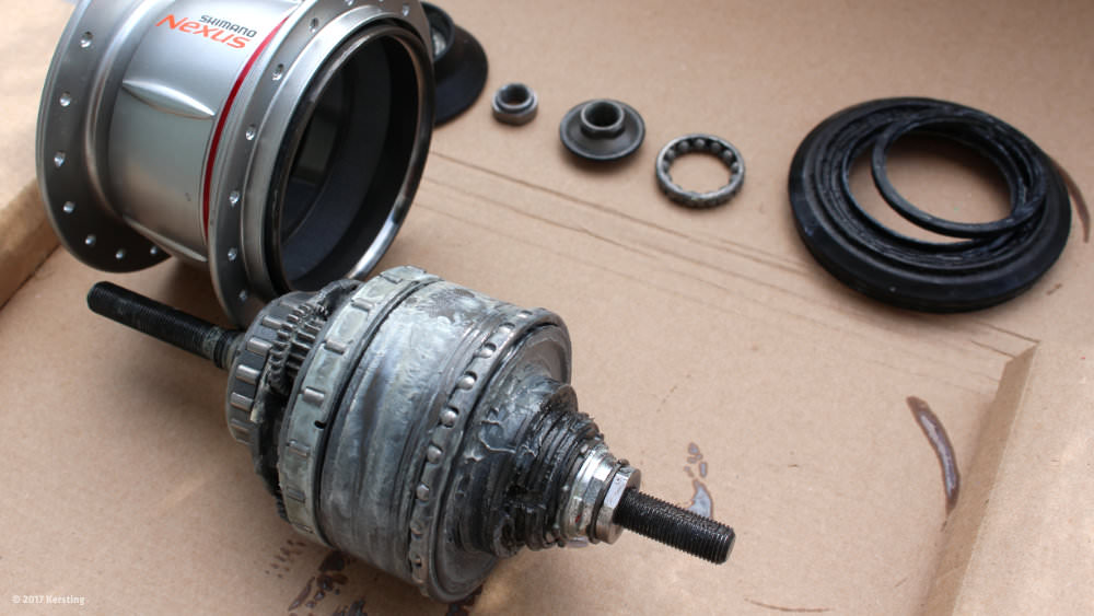 Maintenance of the Nexus 8 gear unit by relubrication and an oil bath