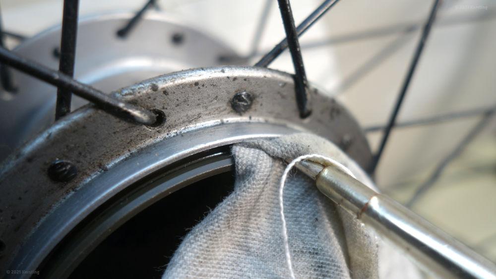 Säubern der Dichtfläche für die Dichtkappe in der Nexus-Nabe