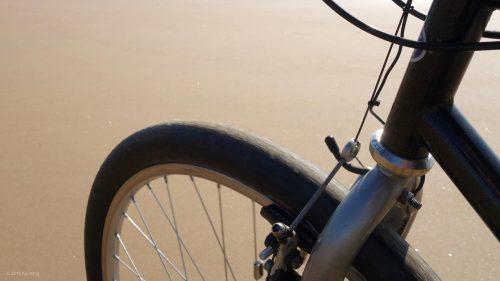Glatte Reifen mit Tücken im Sand