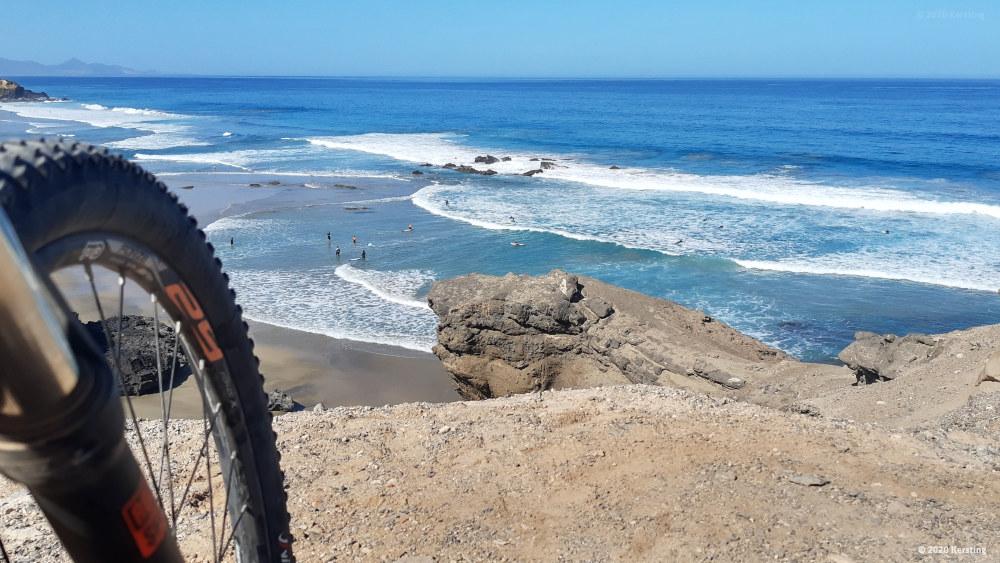 Aussicht vom Felsen auf die Surfschule in La Pared