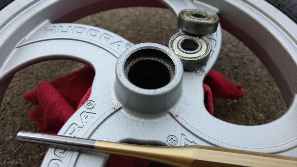 Herausgetriebene Rollerlager aus dem Rad