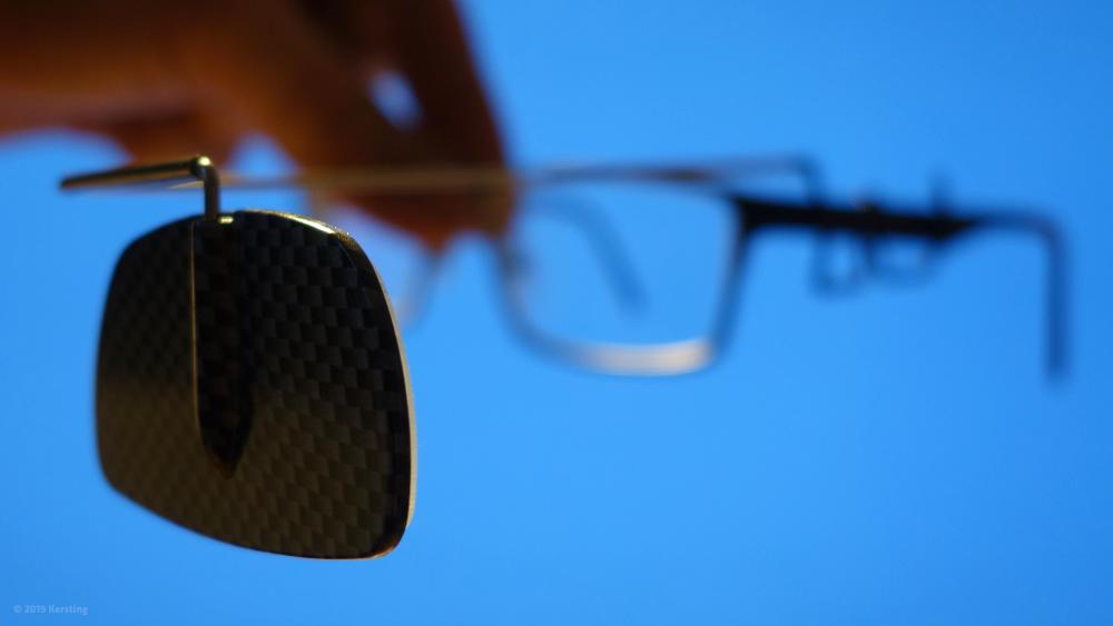Dieser Rückspiegel für Fahrradhelme kann auch direkt an einer optischen Brille befestigt werden